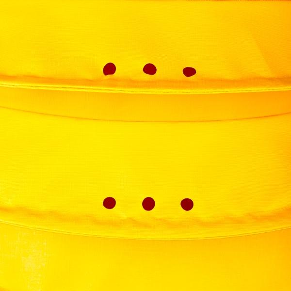 Der wetterfeste Outdoor Lampion Barlooon in gelb in der Grösse L - Die Regenabflusslöcher.