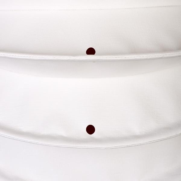 Der wetterfeste Outdoor Lampion Barlooon in weiß in der Grösse S - Die Regenabflusslöcher.