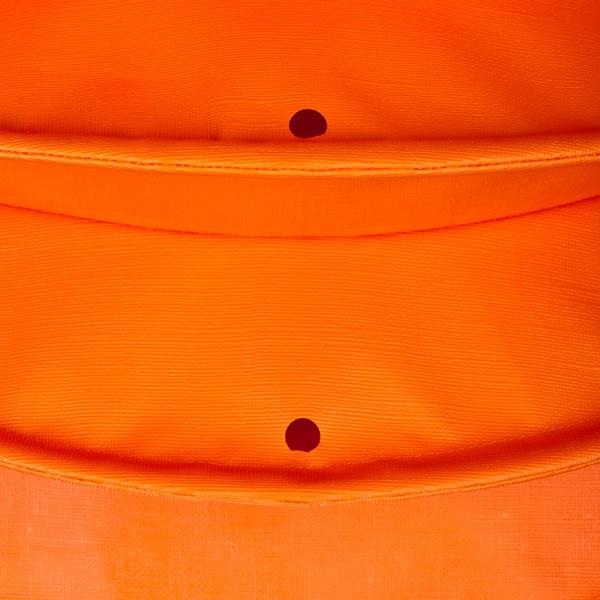 Der wetterfeste Outdoor Lampion Barlooon in orange in der Grösse S - Die Regenabflusslöcher.