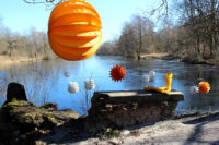The weatherproof and robust lampion Barlooon at a lake in different colours and sizes.