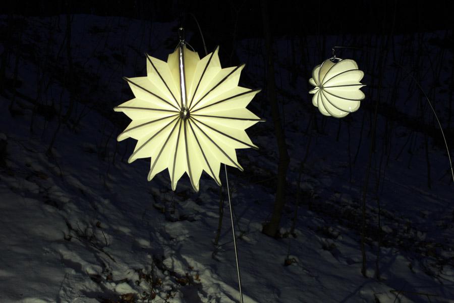Der weiße Lampion Barlooon in weiß, beleuchtet mit dem LED-Solarmodul.