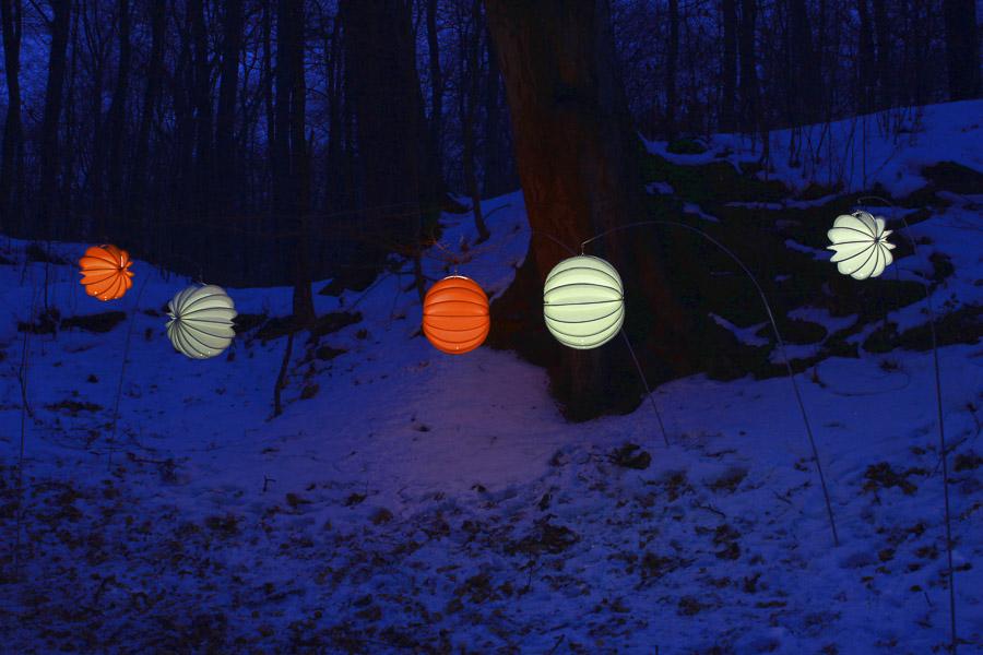 Barlooon Lampions in den Größen S und M am Erspieß im Winter beleuchtet mit dem LED-Solarmodul.