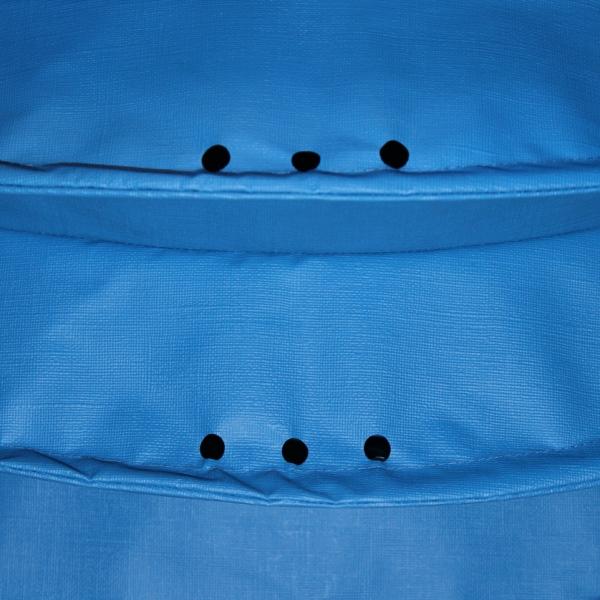 Der wetterfeste Outdoor Lampion Barlooon in blau in der Grösse L - Die Regenabflusslöcher.