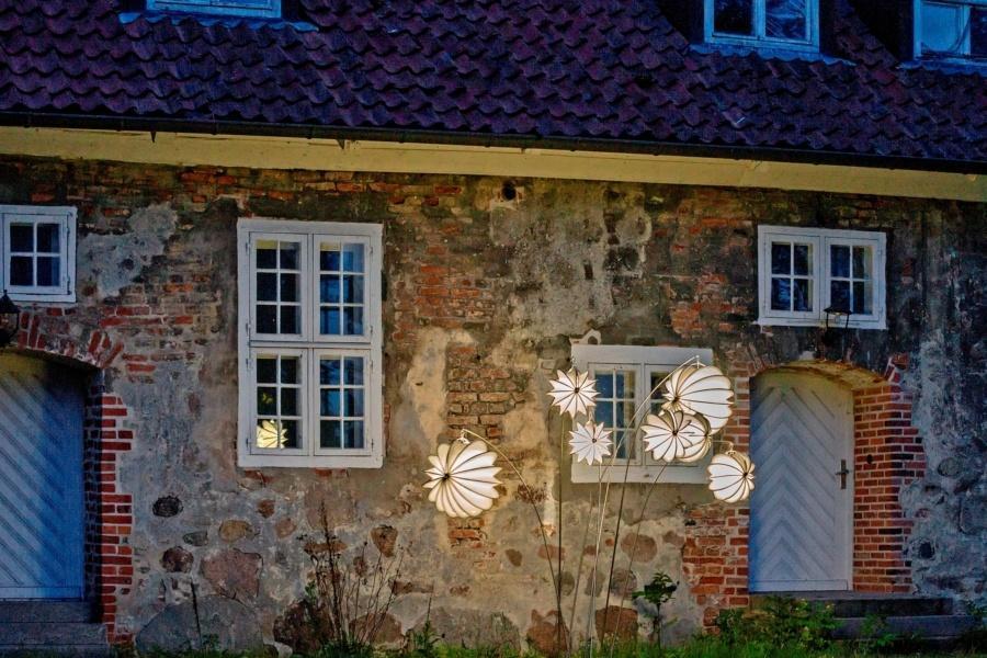 Wetterfester Lampion Barlooon vor einem Gutshaus