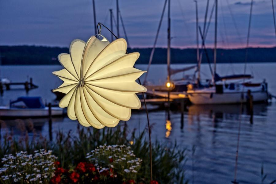 Weatherproof and robust lampion Barlooon illuminated at the Ratzeburger See.