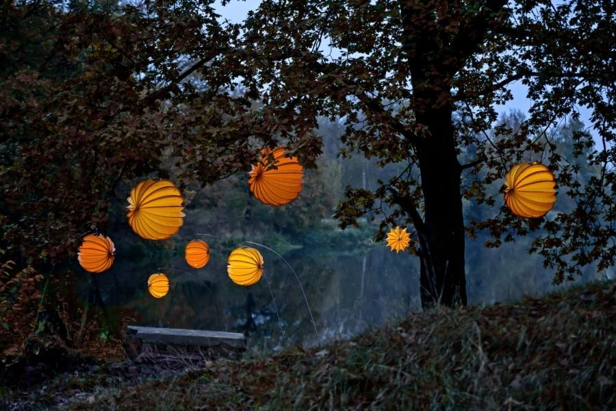 Weatherproof and robust lampion Barlooon in orange and yellow in three sizes.