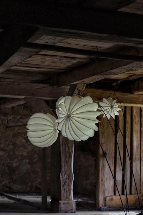 Wetterfester und robuster Lampion Barlooon in weiß in einem alten Speicher