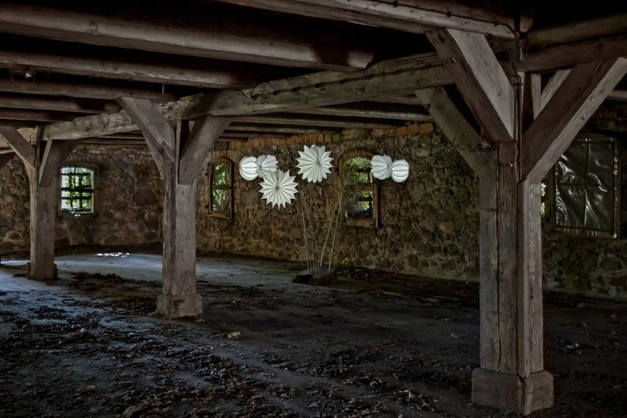 Wetterfester und robuster Lampion Barlooon mit Erdspieß und Solarmodul in einem alten Speicher