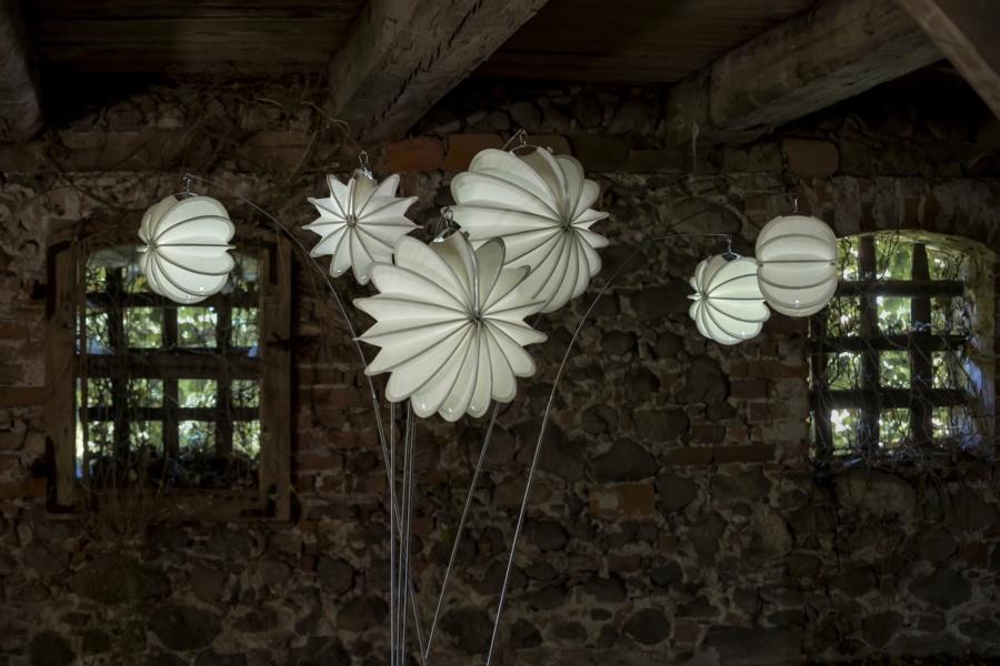 Wetterfester und robuster beleuchteter Lampion Barlooon in einem alten Speicher