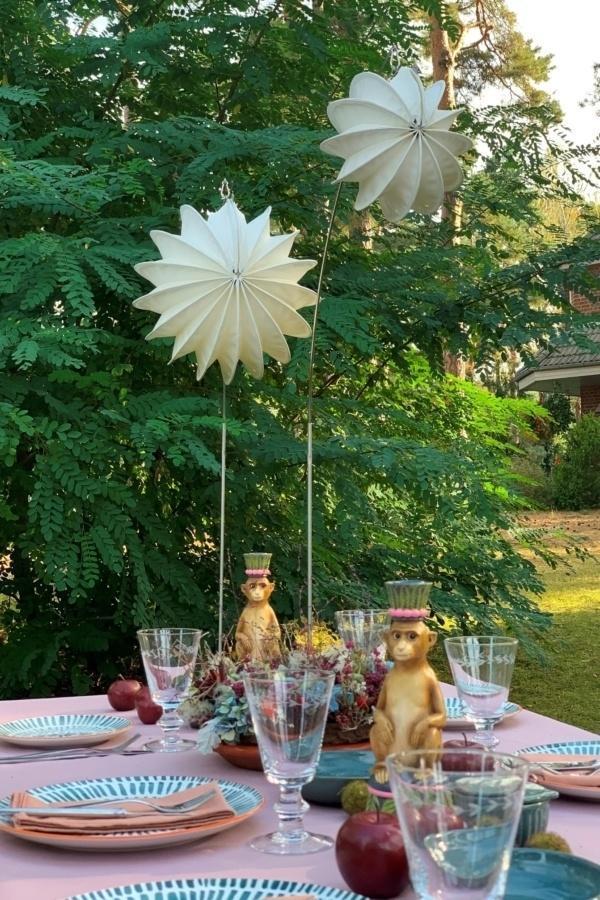 Wetterfester und robuster Outdoor-Lampion Barlooon in weiß beim Sommerfest.