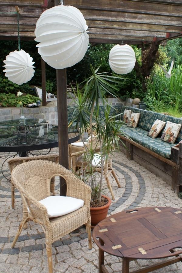 Wetterfester und robuster Outdoor-Lampion Barlooon in weiß auf einer Terasse.