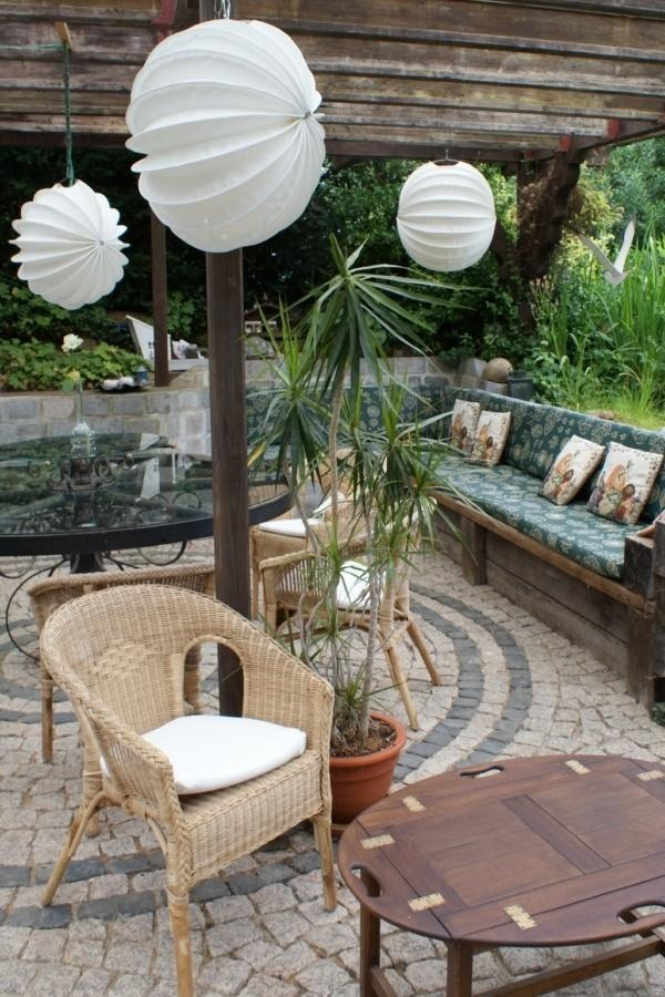 Weatherproof and robust outdoor lampion Barlooon in white on a terrace.