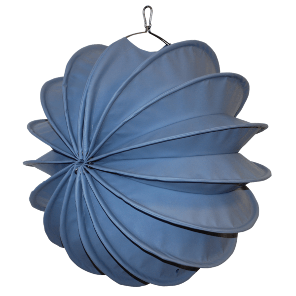 Der wetterfeste Outdoor Lampion Barlooon in taubenblaugrau in der Grösse M - Die Seitenansicht.